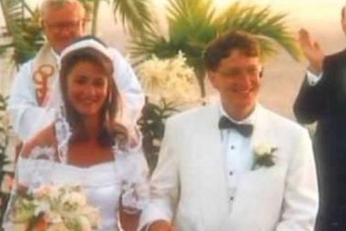 """Gates lần lượt sinh ba người con vào năm 1996, 1999 và 2002. Và chúng sẽ không được thừa kế tài sản hàng tỷ đôla từ bố mẹ. """"Chúng tôi muốn tạo sự cân bằng cho các con, để chúng có thể tự do làm bất cứ điều gì nhưng không thể tiêu hoang và không chịu làm việc"""" – Melinda cho biết."""