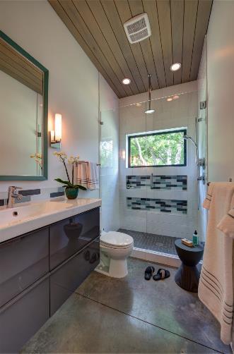 Khu vệ sinh sạch bóng và thoáng sáng nhờ cửa kính lớn mở ra bên ngoài.