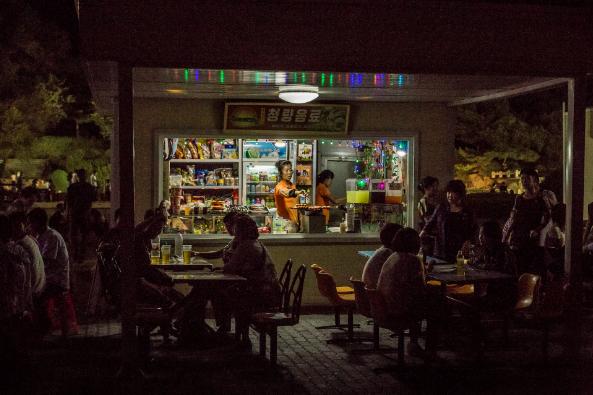 Một quán ăn đường phố gần một hội chợ ở Bình Nhưỡng