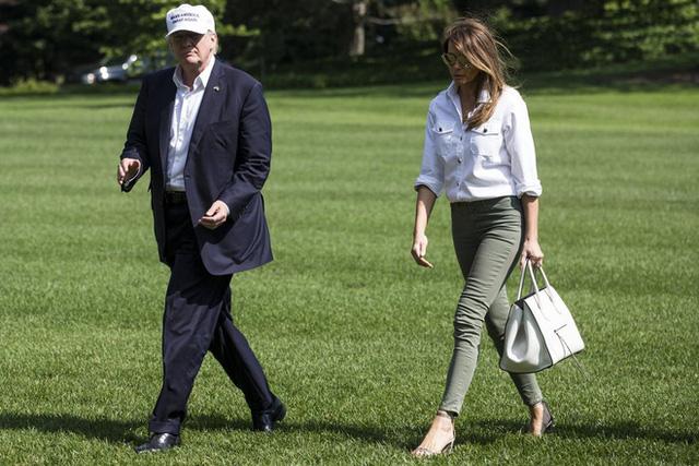 Nổi tiếng với việc dát loạt hàng hiệu lên người nhưng phu nhân Tổng thống Trump cũng có lúc diện đồ bình dân - Ảnh 12.