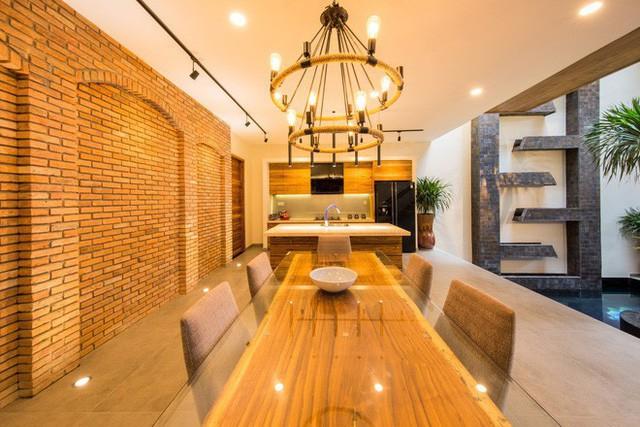 Từ khi thiết kế đến hoàn tất, ngôi nhà được xây dựng liên tục trong suốt 16 tháng.