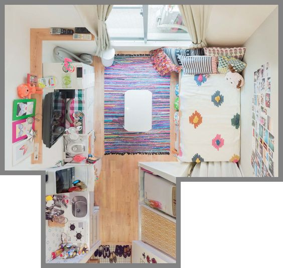 Căn phòng này có đủ tủ, giường, đồ nội thất cần thiết cho cuộc sống. Khu vực nhiều đồ nhất nhà là khu bếp với lò nướng, lò vi sóng, bát đĩa... nhưng nhờ được sắp xếp hợp lý nên nhìn chung rất đẹp mắt. Ở khu vực sinh hoạt, chủ nhà mua thêm một chiếc bàn kiểu Nhật cho nhu cầu sinh hoạt hàng ngày.