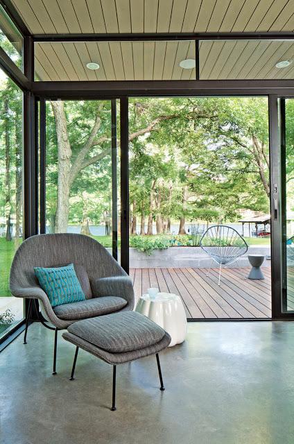 Dù diện tích nhỏ nhưng ngôi nhà không hề có cảm giác chật chội nhờ xung quanh được thiết kế hệ thống cửa kính.