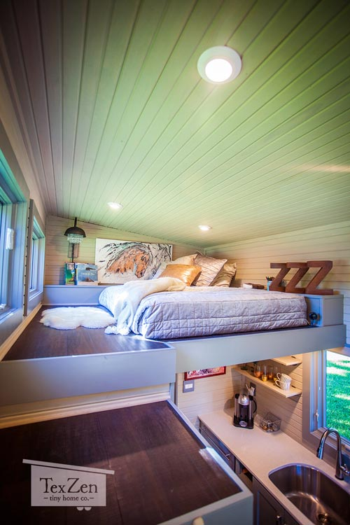 Tuy trần thấp nhưng nơi đây được thiết kế đẹp và ấm cúng thoải mái cho 2 người.