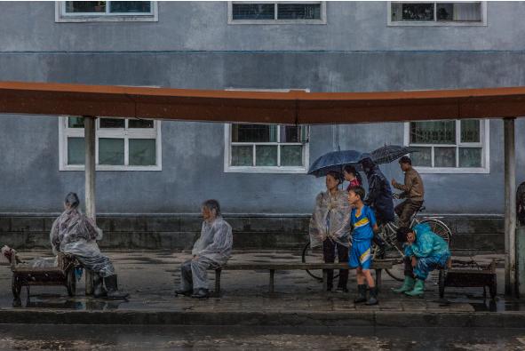 Người đợi xe buýt ở ngoại ô Bình Nhưỡng