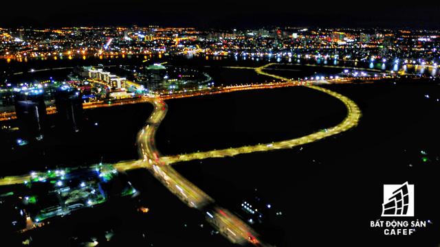 Ảnh: Nhiều cao ốc, khu đô thị mới rực rỡ về đêm khiến trung tâm Sài Gòn đẹp lung linh, huyền ảo - Ảnh 13.