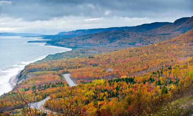 13. Đảo Cape Breton, Nova Scotia: Vào thu, toàn bộ hòn đảo khoác lên mình chiếc áo đa màu sắc, đỏ tươi, vàng và những gam màu xanh từ những vòm cây không đổi sắc.