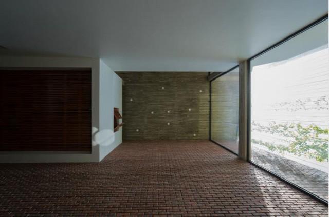 Bức tường kính rộng cao sát trần giúp không gian luôn tràn ngập ánh sáng.