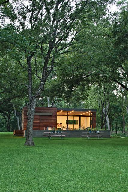 Khu nhà vườn bừng sáng dưới ánh điện giữa giữa thiên nhiên, cỏ cây xanh mát.