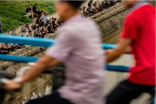 Người dân Triều Tiên câu cá bên sông Taedong, Bình Nhưỡng