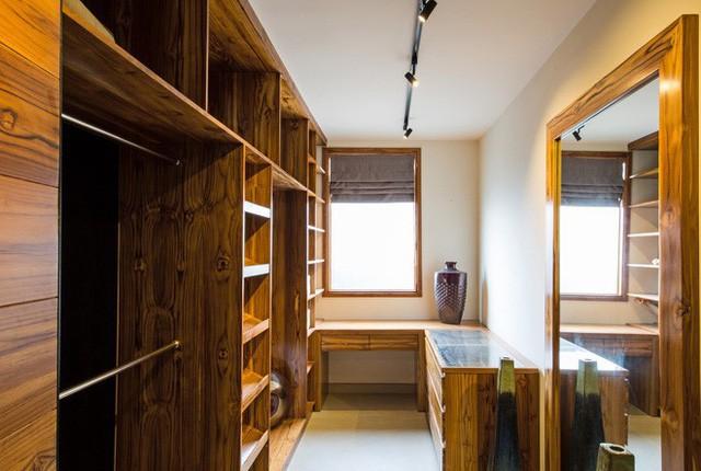 Phòng để đồ được thiết kế riêng biệt với phòng ngủ và có sức chứa cực lớn. Để tạo không gian phía sau, từng phòng ngủ đều có một khoảng ban công trồng cây xanh.