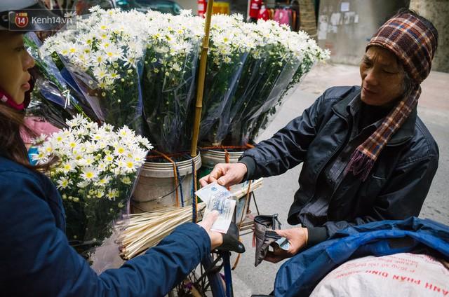 Đằng sau những gánh cúc họa mi trên phố Hà Nội là nỗi niềm của người nông dân Nhật Tân: Không còn sức nữa, phải bỏ hoa về nhà!  - Ảnh 14.