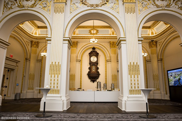 Chiếc đồng hồ treo tưởng cỡ lớn đặt ở trung tâm có tên gọi Wall Regulator Clock, được treo tại đây từ năm 1867 và được đặt ngay phía sau vị trí ngồi của chủ tịch sàn giao dịch. Trên chiếc đồng hồ này, kim phút được làm to hơn hẳn hai kim còn lại bởi vào năm 1871 thì mỗi phiên giao dịch chỉ kéo dài đúng 5 phút và người ta sẽ cần chú ý tới nó nhiều hơn.