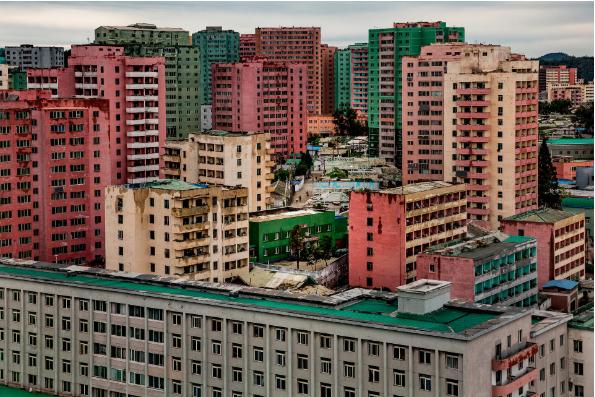 Những tòa nhà thời trước ở trung tâm Bình Nhưỡng, bao quanh bởi các tòa nhà cao tầng hiện đại
