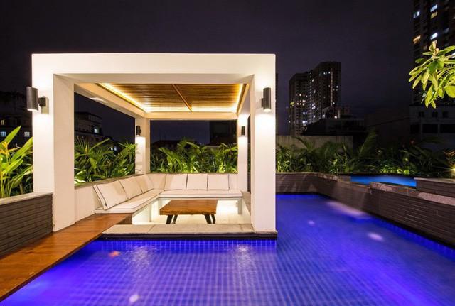 Hồ bơi ngoài trời được thiết kế theo phong cách Bali với khu vực giải trí, ngồi nghỉ ở hồ bơi cho trẻ nhỏ.