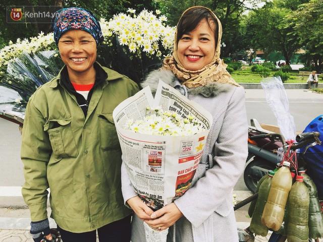 Đằng sau những gánh cúc họa mi trên phố Hà Nội là nỗi niềm của người nông dân Nhật Tân: Không còn sức nữa, phải bỏ hoa về nhà!  - Ảnh 17.