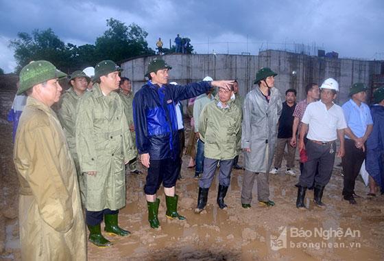 Bí thư Tỉnh ủy nghe báo cáo phương án xả nước của cống Diễn Thành