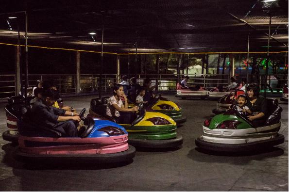 Người dân chơi xe đụng ở công viên giải trí Kaeson