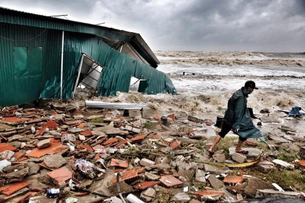 [ẢNH] Bão số 10 vào bờ: Bãi biển Sầm Sơn tan hoang trong sóng dữ - Ảnh 18.