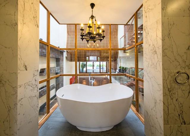 Ngay phòng lớn nhất của chủ nhà là một bồn tắm lộ thiên. Đây là điểm yếu duy nhất đang được chủ nhân sửa đổi bằng cách lắp kính màu nhập từ Mỹ để cản tầm nhìn từ phía ngoài vào trong khi có người tắm.