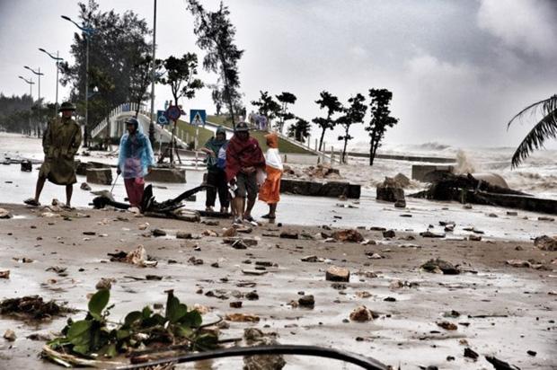 [ẢNH] Bão số 10 vào bờ: Bãi biển Sầm Sơn tan hoang trong sóng dữ - Ảnh 19.