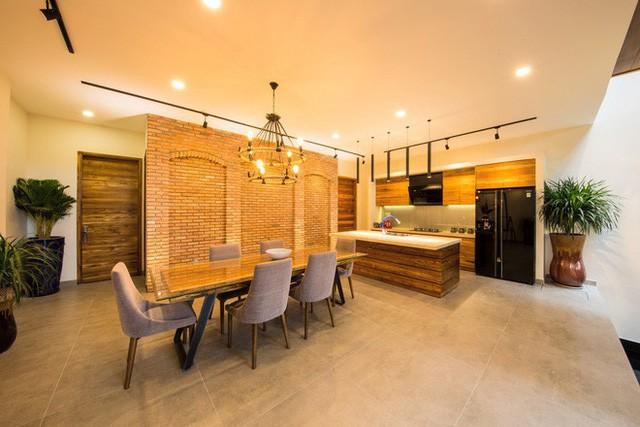 Theo KTS Eric Trotter, chủ nhân ngôi biệt thự này: Căn nhà được thiết kế theo kiến trúc Italia vừa cổ điển vừa hiện đại. Toàn bộ diện tích sử dụng 750 m2 (diện tích thực 230 m2). Cột và dầm được giấu trong tường một cách vô cùng khéo léo.