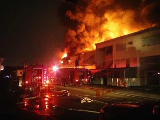 Nhà kho công ty Suzuki cháy rụi trong đêm - Ảnh 3.