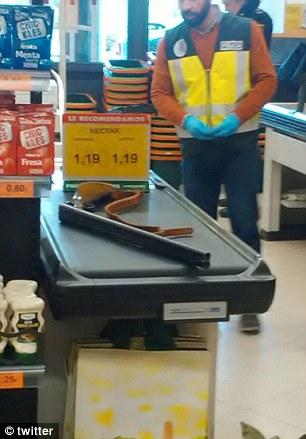 Xả súng ở siêu thị, hàng chục người hoảng loạn - Ảnh 3.