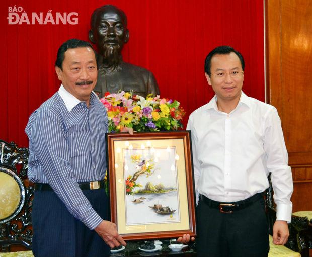 Bí thư Thành ủy Đà Nẵng Nguyễn Xuân Anh (phải) và Chủ tịch Tập đoàn Berjaya Vincent Tan trong cuộc gặp gỡ ngày 3/10/2016