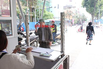 Buýt nhanh BRT đông khách ngày đầu thu phí - Ảnh 3.