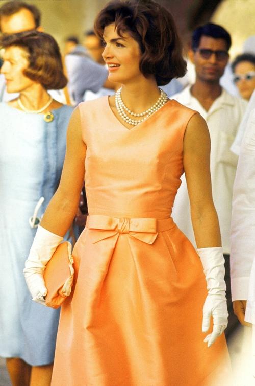 """""""Những chiếc váy phải đủ bó để cho thấy bạn là một người phụ nữ và phải đủ lỏng để chứng tỏ bạn là quý bà"""". Jacqueline Kennedy"""
