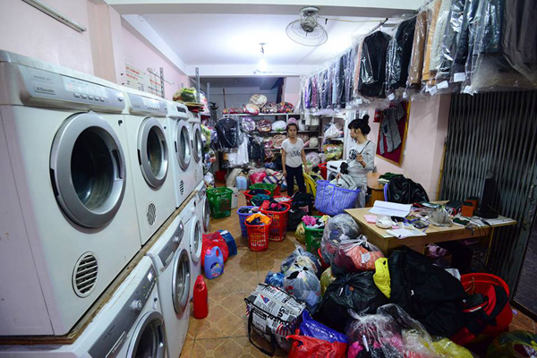 Cửa tiệm giặt là hoạt động hết công suất, xuyên ngày đêm.