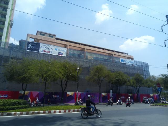 Khối trung tâm thương mại, theo quan sát đang được thi công gần hoàn thiện.