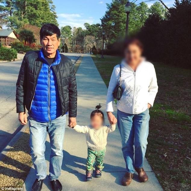 Ông Dao chụp ảnh cùng vợ và cháu gái.