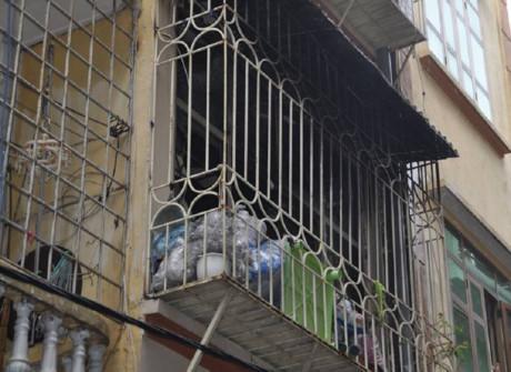Do ngôi nhà này bị hàn kín sắt, hai nạn nhân chẳng thể thoát ra ngoài, dẫn tới tử vong vì ngạt khói
