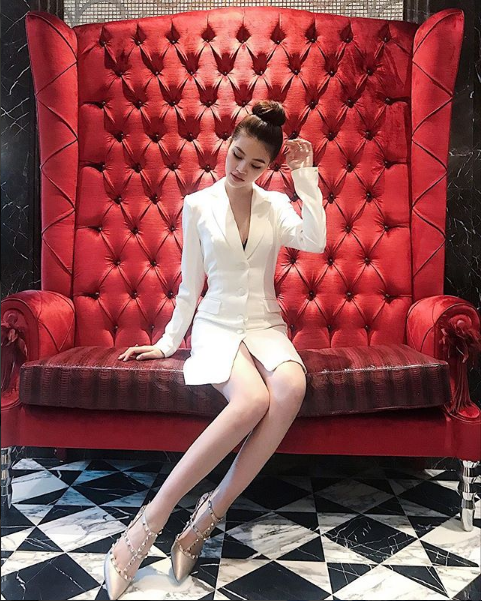 Cuộc sống ngập trong đồ hiệu, du lịch xa xỉ của Jolie Nguyễn - nàng hoa hậu trong hội con nhà giàu - Ảnh 3.