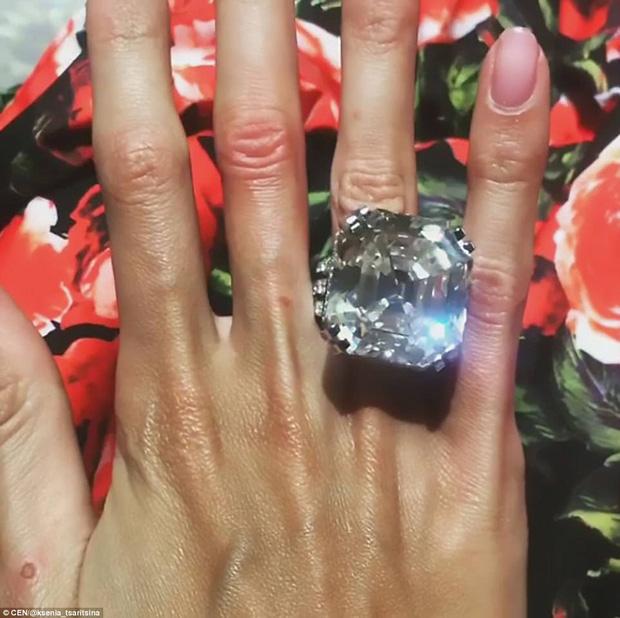 Trước đó, cô dâu từng khoe chiếc nhẫn cưới trị giá hơn 200 tỷ đồng.
