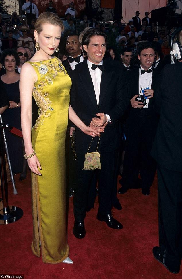 Nicole Kidman cũng là người sở hữu ra một trong những chiếc váy siêu đắt. Cô đã phải bỏ ra tới 4 tỷ (tương đương 2 triệu USD) để sở hữu bộ váy mang thương hiệu Christian Dior mà cô đã mặc khi nhận giải Oscars năm 1997. Được biết chiếc váy này được thiết kế bởi John Galliano.