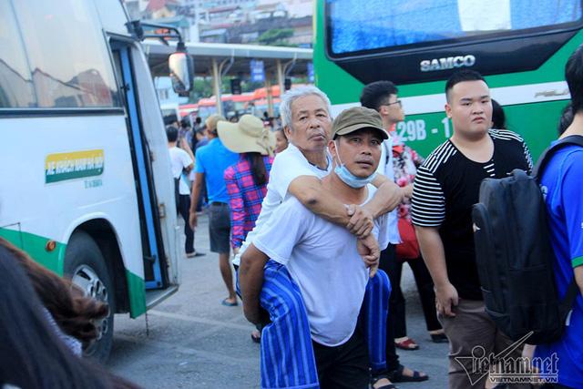Hà Nội: Tắc khắp ngả, đông nghẹt bến xe trước nghỉ lễ  - Ảnh 3.