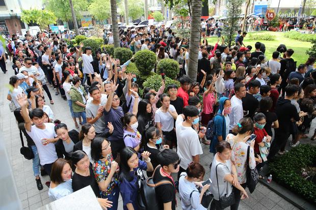 H&M khai trương: 11h mới mở cửa mà từ 9h sáng dân tình đã đội nắng xếp hàng dài dằng dặc bên ngoài chờ đợi - Ảnh 3.