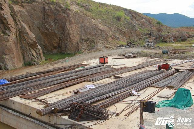 Cận cảnh dự án cấp nước đội vốn 2.500 tỷ đồng nằm 'đắp chiếu', sắt thép hoen gỉ - Ảnh 3.