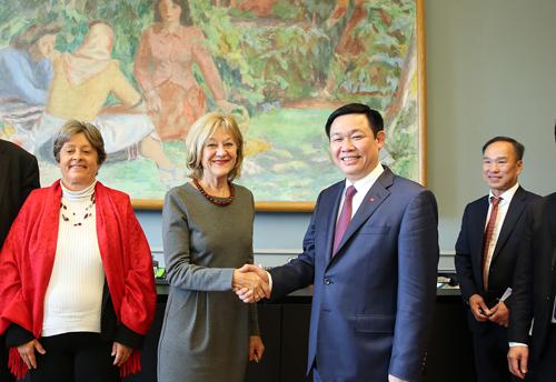 Phó Thủ tướng Vương Đình Huệ và Chủ nhiệm Ủy ban Kinh tế và Thuế của Hạ viện Thụy Sĩ, Susanne Leutenegger Oberholzer. Ảnh: VGP/Thành Chung