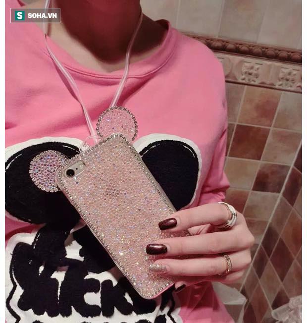 Nhiều người có thói quen đeo điện thoại ở cổ mà không biết nó là nguyên nhân gây thoái hóa cột sống cổ
