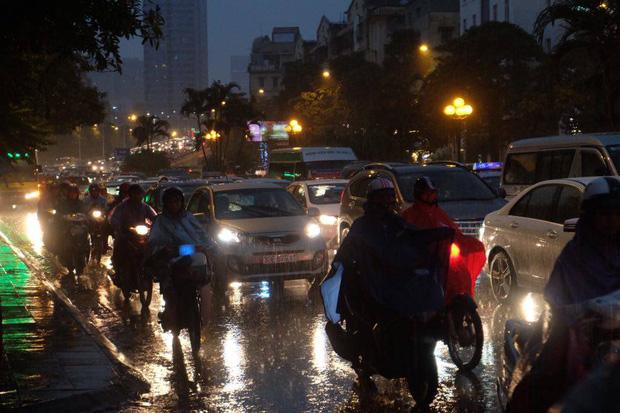 Chùm ảnh: Ảnh hưởng của bão số 10, người Hà Nội vội vã về nhà trong cơn mưa lớn - Ảnh 3.