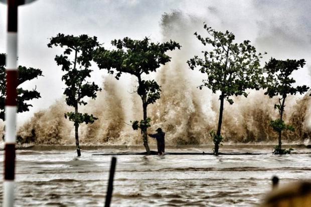 [ẢNH] Bão số 10 vào bờ: Bãi biển Sầm Sơn tan hoang trong sóng dữ - Ảnh 3.