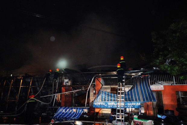 Toàn bộ hàng hóa bị thiêu rụi, tan hoang sau vụ cháy lớn tại siêu thị ở Hà Nội - Ảnh 3.