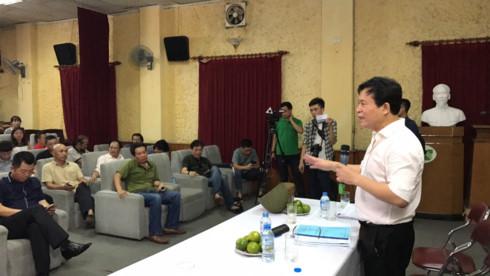 Ông Nguyễn Thuỷ Nguyên, Chủ tịch HĐQT Tổng Công ty cổ phần Vận tải Thuỷ Việt Nam trong buổi làm việc có nghệ sĩ Hãng phim truyện Việt Nam.