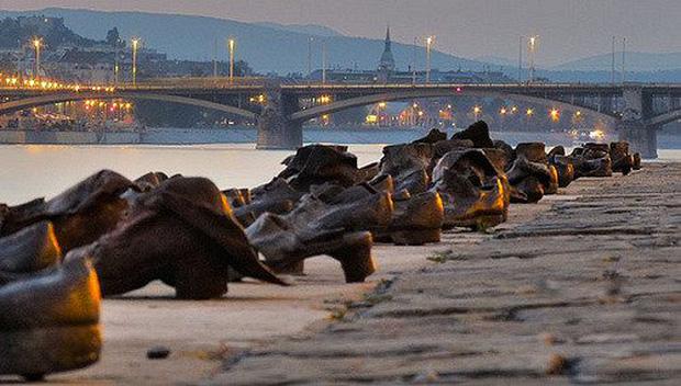Nhìn thấy hơn 60 đôi giày bên dòng sông Danube ở Hungary, nhiều người bật khóc khi biết câu chuyện ám ảnh phía sau - Ảnh 3.