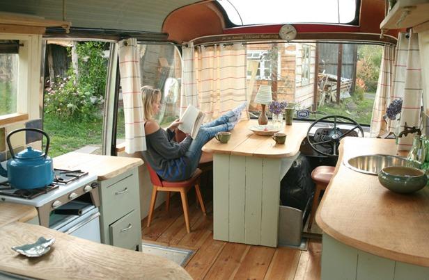 Ngôi nhà di động sang chảnh được làm từ chiếc xe buýt cũ của cô nàng độc thân - Ảnh 3.