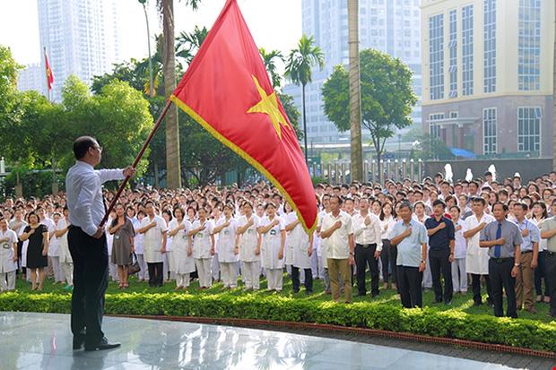 GS. Nguyễn Anh Trí đã tham gia buổi chào cờ cuối cùng trước khi chia tay cùng toàn thể cán bộ, nhân viên của Viện. Ảnh: Viện Huyết học - Truyền máu Trung ương
